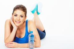 Женщина зубов усмехаясь лежа на поле с botle воды Стоковые Изображения