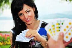 женщина играть карточек Стоковое фото RF