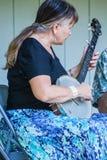 Женщина играя банджо Стоковые Фото