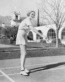 Женщина играя бадминтон (все показанные люди более длинные живущие и никакое имущество не существует Гарантии поставщика что там  Стоковая Фотография