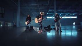 Женщина играя гитару в рок-группе сток-видео