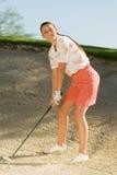 Женщина играя гольф Стоковые Фотографии RF