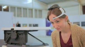 Женщина играя игру управления сознанием Стоковая Фотография