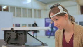 Женщина играя игру управления сознанием Стоковые Изображения