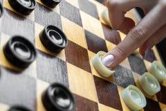 Женщина играя контролеров Стоковая Фотография