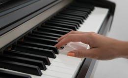 Женщина играя рояль, часть руки Стоковые Фото