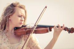 Женщина играя скрипку на скрипке около пляжа стоковое изображение rf