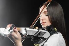 Женщина играя скрипку на черной предпосылке Стоковые Изображения RF