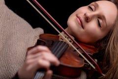 Женщина играя скрипку с ей закрытые глаза Стоковая Фотография