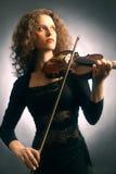 Женщина играя скрипку Стоковая Фотография