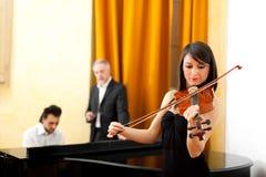 Женщина играя скрипку Стоковое фото RF