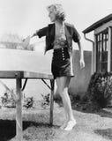 Женщина играя снаружи пингпонга (все показанные люди более длинные живущие и никакое имущество не существует Гарантии поставщика  Стоковая Фотография