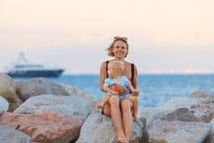 Женщина играя с ее младенцем снаружи Концепция счастливой полноценной семейной жизни стоковая фотография rf