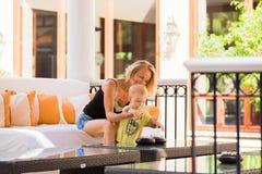 Женщина играя с ее младенцем снаружи Концепция счастливой полноценной семейной жизни стоковые фотографии rf
