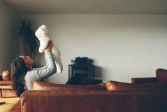 Женщина играя с ее ребёнком дома Стоковое Изображение RF