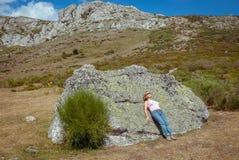 Женщина играя с ее собакой поверх горы Palentina Испания панорамно стоковые изображения rf