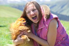 Женщина играя с маленькой красной собакой стоковое фото rf