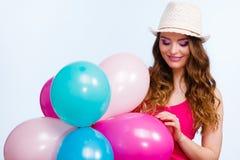 Женщина играя с много красочных воздушных шаров Стоковая Фотография