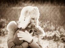 Женщина играя с собакой во время зимы Стоковая Фотография