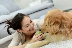 Женщина играя с собакой на поле Стоковое Фото