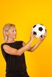 Женщина играя с футбольным мячом Стоковое Изображение