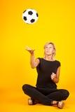 Женщина играя с футбольным мячом Стоковое Фото