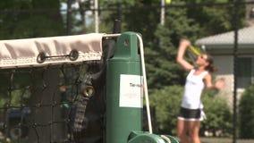 Женщина играя теннис (1 из 3) сток-видео