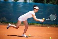 женщина играя теннис Стоковые Изображения RF