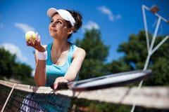 женщина играя теннис Стоковая Фотография RF