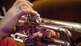 Женщина играя трубу trumpet w тона саксофона игрока фокуса перста b голубой Трубач играя аппаратуру джаза музыки Латунная аппарат видеоматериал