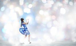 Женщина играя файф Стоковое Фото