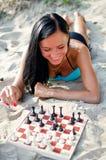 Женщина играя шахмат Стоковая Фотография