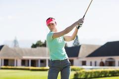 Женщина игрока в гольф принимая съемку Стоковые Изображения RF