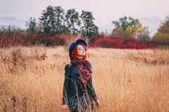 Женщина идет в парк стоковое фото rf