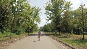 Женщина идет в парк, Tskaltubo, Georgia сток-видео