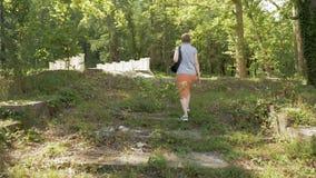 Женщина идет в парк, Tskaltubo, Georgia акции видеоматериалы
