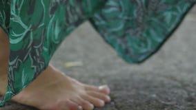 Женщина идет конкретное босоногое в городе носит ботинки высокой пятки в крупном плане руки сток-видео