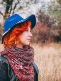 Женщина идет на парк стоковое изображение rf