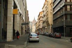 Женщина идет на улицу Перемещение через исторический город стоковое изображение rf