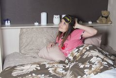 Женщина идет положить в постель стоковое фото