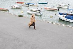 Женщина идя берегом реки стоковые изображения rf