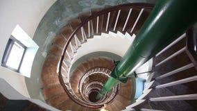 Женщина идя вниз спиральными лестницами сток-видео