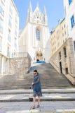 Женщина идя в город Молодой привлекательный турист outdoors в европейском городе Стоковые Изображения RF