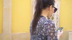 Женщина идя в город Молодой привлекательный турист outdoors в европейском городе видеоматериал