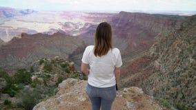 Женщина идя в гранд-каньон видеоматериал
