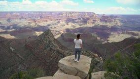 Женщина идя в гранд-каньон сток-видео