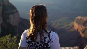 Женщина идя в гранд-каньон акции видеоматериалы