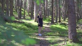 Женщина идя в лес