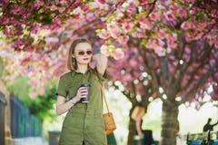 Женщина идя в Париж на весенний день Стоковое Изображение RF