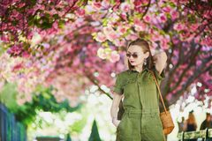 Женщина идя в Париж на весенний день Стоковые Фотографии RF